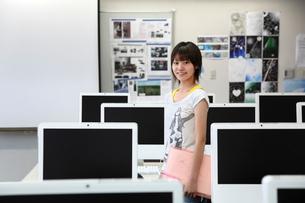 パソコン教室の若い女性の写真素材 [FYI03362671]