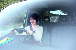 車の中の運転初心者の若い女性の写真素材 [FYI03362677]