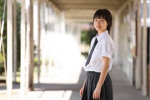 学校内の渡り廊下にいる女子学生の写真素材 [FYI03362692]