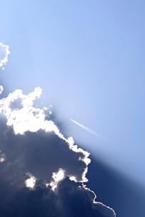 雲間からの日差しと飛行機雲の写真素材 [FYI03362707]