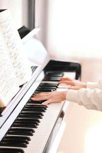 ピアノと演奏する少女の手の写真素材 [FYI03362708]