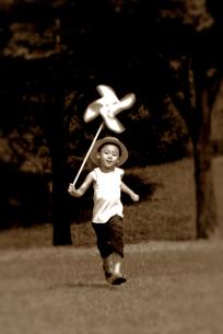 風車を持って走る少年の写真素材 [FYI03362713]