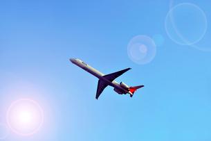 青空を飛ぶ旅客機の写真素材 [FYI03362723]