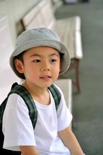 駅のベンチに座る少年の写真素材 [FYI03362924]