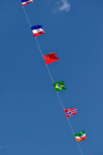 青空にはためく万国旗の写真素材 [FYI03362926]