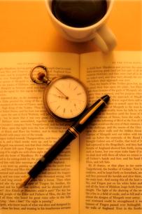 洋書の上の懐中時計と万年筆の写真素材 [FYI03362927]