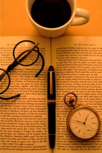 洋書の上の懐中時計と万年筆と眼鏡の写真素材 [FYI03362934]
