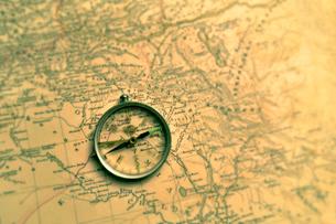 方位磁石と古地図の写真素材 [FYI03362954]