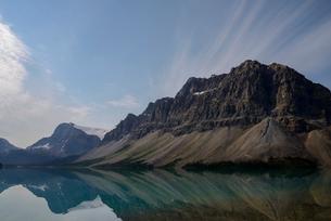 湖面に山が映るカナディアンロッキーのボウ・レイクの写真素材 [FYI03363210]