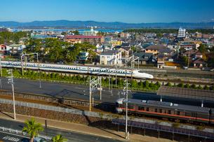 花湖畔を走る新幹線と東海道線の写真素材 [FYI03363494]