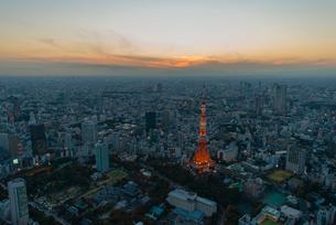 日の入り後の東京タワー空撮の写真素材 [FYI03363519]