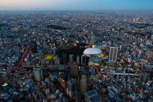東京ドームの夜景空撮の写真素材 [FYI03363530]