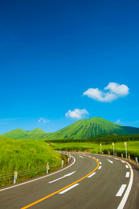 阿蘇杵島岳を望むの写真素材 [FYI03364592]