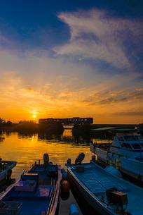 JR九州大村線夕日と漁港の写真素材 [FYI03364600]