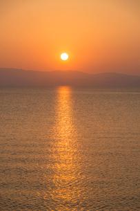 大村湾の夕日の写真素材 [FYI03364621]