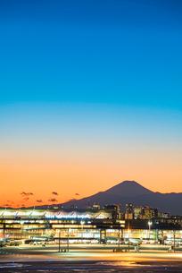 羽田空港国際線ターミナルと富士山6の写真素材 [FYI03364647]