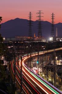 流れる電車の光跡と暮れゆく街の写真素材 [FYI03364663]