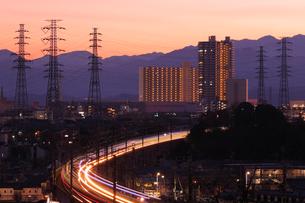 流れる電車の光跡と暮れゆく街の写真素材 [FYI03364665]
