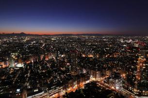 東京都庁展望室より望むトワイライトの街の写真素材 [FYI03364671]