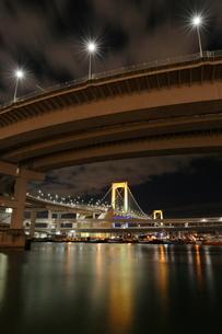 夜の芝浦ループ橋とレインボーブリッジの写真素材 [FYI03364679]