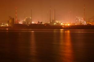 オレンジ色に輝く夜の鹿嶋港の写真素材 [FYI03364681]