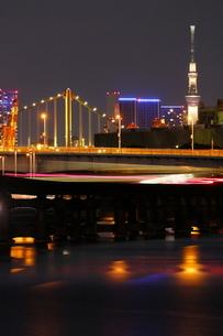 京浜運河より東京スカイツリーとレインボーブリッジを望むの写真素材 [FYI03364691]