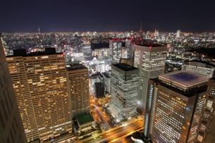 東京都庁より望む新宿駅周辺の夜景の写真素材 [FYI03364692]
