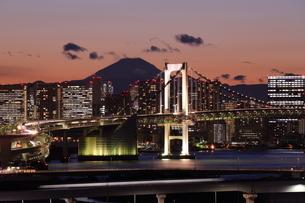 レインボーブリッジと富士山の写真素材 [FYI03364697]