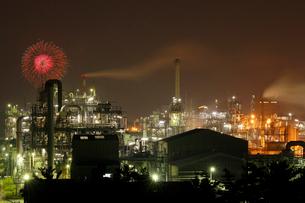 鹿嶋工業地帯 工場夜景と花火の共演の写真素材 [FYI03364699]