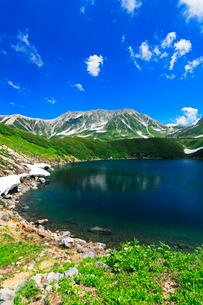 立山室堂平よりミクリガ池に残雪と雄山の写真素材 [FYI03364727]