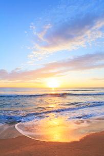 浜辺によせる波と朝日の写真素材 [FYI03364728]