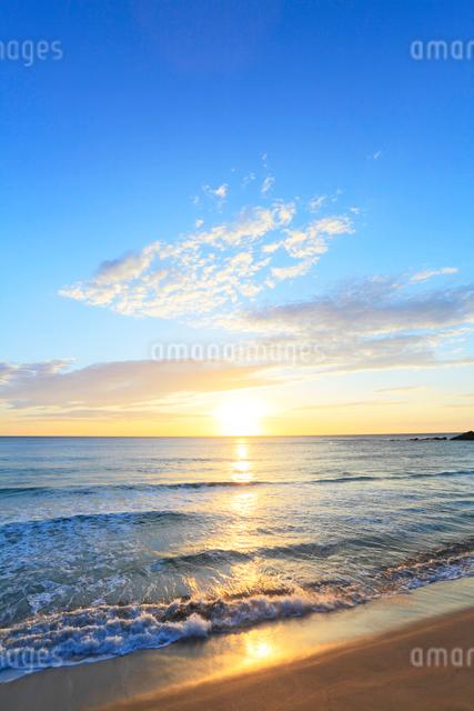 浜辺によせる波と朝日の写真素材 [FYI03364729]