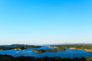 伊勢志摩 登茂山公園桐垣展望台より英虞湾の島々と空に月の写真素材 [FYI03364741]