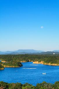 伊勢志摩 登茂山公園桐垣展望台より英虞湾の島々と空に月の写真素材 [FYI03364752]