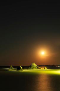 伊勢二見浦 夫婦岩ライトアップに月の写真素材 [FYI03364758]
