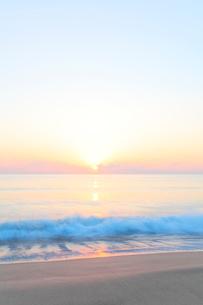 朝日と海の写真素材 [FYI03364759]