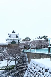 冬の北陸金沢城,石川門石川櫓と石川橋に雪の写真素材 [FYI03364774]