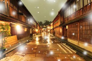 冬の北陸金沢,ひがし茶屋街に降る雪の写真素材 [FYI03364775]