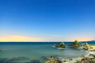 月明かりの伊勢二見浦,夫婦岩と夜空に星の写真素材 [FYI03364784]