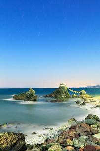 月明かりの伊勢二見浦,夫婦岩と夜空に星の写真素材 [FYI03364790]