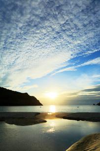小笠原諸島父島・小港海岸に八ッ瀬川と夕日の写真素材 [FYI03364854]