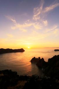 小笠原諸島父島・長崎展望台より兄島と東島に朝日の写真素材 [FYI03364855]