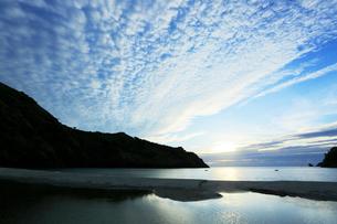 小笠原諸島父島・小港海岸と八ッ瀬川に夕日の写真素材 [FYI03364857]