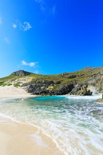 小笠原諸島南島・青空と扇池に寄せる波の写真素材 [FYI03364881]