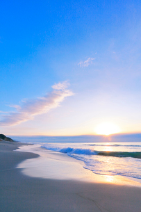 浜辺に寄せる波に朝日の写真素材 [FYI03364929]