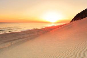 砂の丘より浜辺に夕日の写真素材 [FYI03364932]