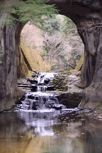 亀岩の洞窟 春の写真素材 [FYI03364951]