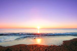 元日の浜辺に寄せる波と初日の出の写真素材 [FYI03364992]