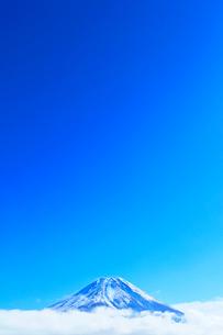 雪の富士山に雲と青空の写真素材 [FYI03365003]
