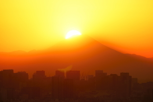 ダイヤモンド富士と東京都心ビルの写真素材 [FYI03365029]